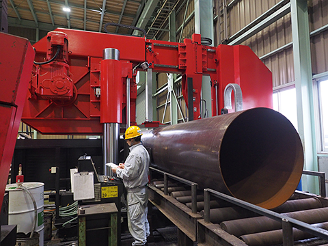 大径、長尺鋼管の切断機